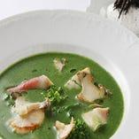 鮑と帆立と北寄貝の野菜スープ。トリュフクリームが芳香を放つ。