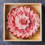 日本三大和牛である近江牛を使った『肉乃華』は幻想的な逸品。