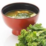 味噌汁も常時2種類をご用意。 とんQ自慢のとん汁と、旬の素材を使った季節の味噌汁からお選びください。 味噌汁の具は店舗ごと、季節とともに変化し、それに合わせて味噌の種類も変えています。