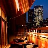 ヒルズの夜景を楽しみながら料理を堪能できるテラス席(~4名様×2卓)