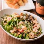 新鮮なお野菜と海老のサラダ