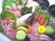 小太郎看板品「おまかせ旬鮮盛」 季節の海鮮をご堪能!