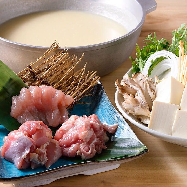 深い鶏のコラーゲンたっぷりの水炊きスープは味わい深く、絶品!