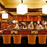【カウンター席】目の前で調理した串揚げを楽しむ特等席。全11席