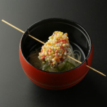 串を出汁に落として楽しむ創作串揚げ。コクのある出汁も醍醐味