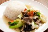 豚肉と野菜炒めのせごはん「ムー・パット・パック・ラーカオ」~プチビュッフェ付き~