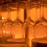 磨かれたワイングラスが光を反射してキラリと輝く