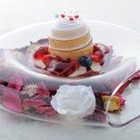 目でも楽しめる 美しいバラのデザートはお食事の席に華を添えます