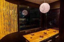 「月のランプ」がやさしく照らす個室