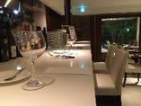 カウンター席ではワインとチーズ、おつまみ前菜も豊富!