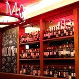 壁にはびっしりとワインが並んでいます。