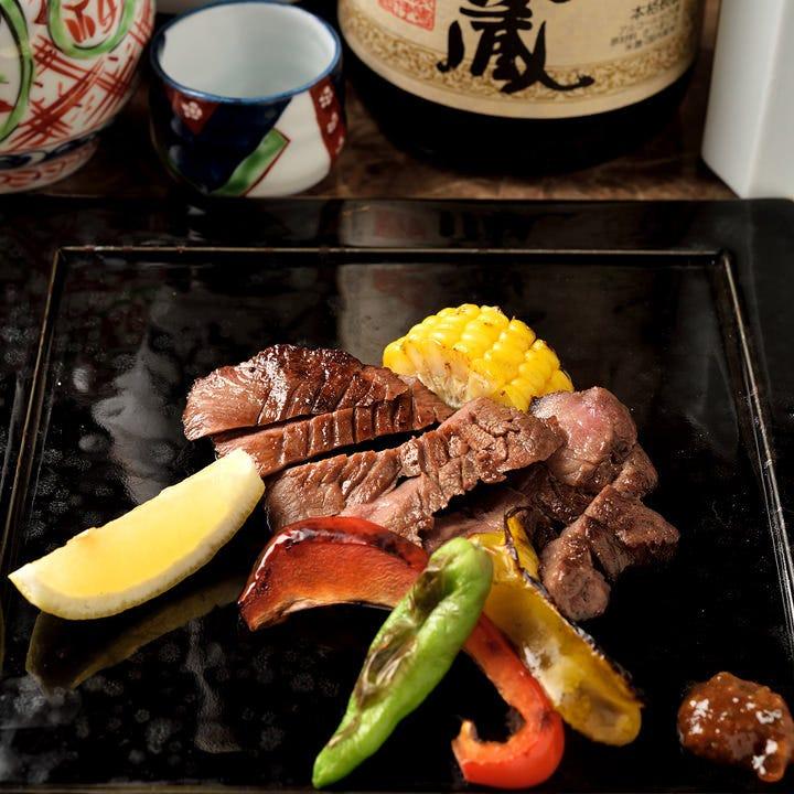 香ばしく、素材の旨みを閉じ込め焼き上げる備長炭の炭火焼料理