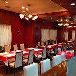 各テーブルにお花が飾られ レトロな雰囲気の可愛いレストラン♪