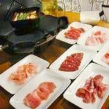 真ん中の鍋は香味野菜が入ったタレ。新鮮な豚肉をつけて召し上がれ
