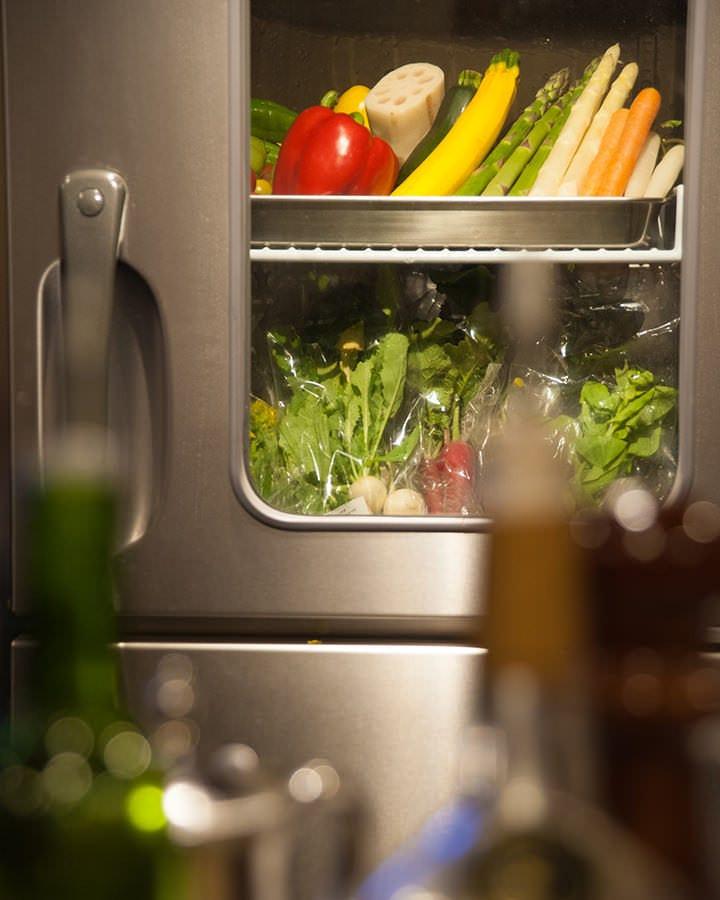 こだわりの野菜は新鮮が命 専用の冷蔵庫で管理しています。