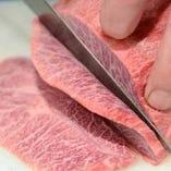 肉質に合わせて熟練の業で丁寧に手切りしています