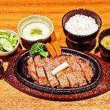 アツアツのステーキをアツアツの鉄板でお召し上がりください!