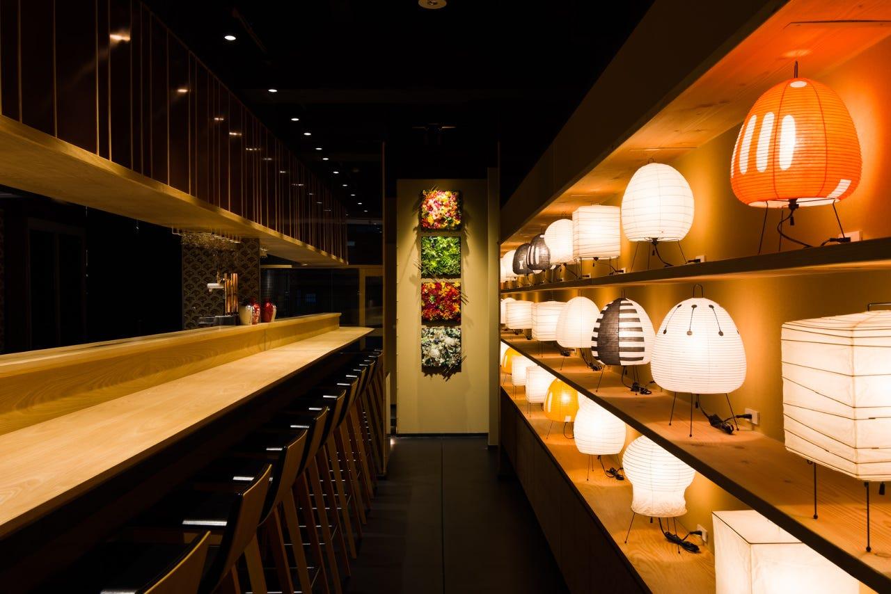 店内は京の趣きとイサムノグチの優しい照明の落ち着ける空間です