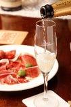 シャンパンにはスペイン産イベリコ豚生ハム・チョリソー盛り合わせを。