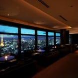 東京のシンボルタワーを正面に望む窓際ソファーの特等席