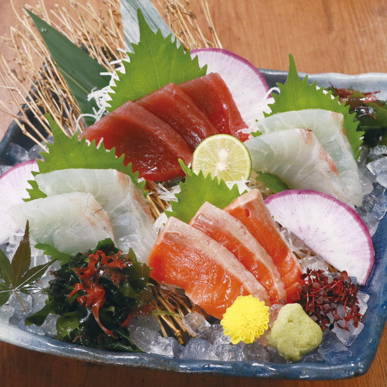 季節の鮮魚を当店人気の御造りに