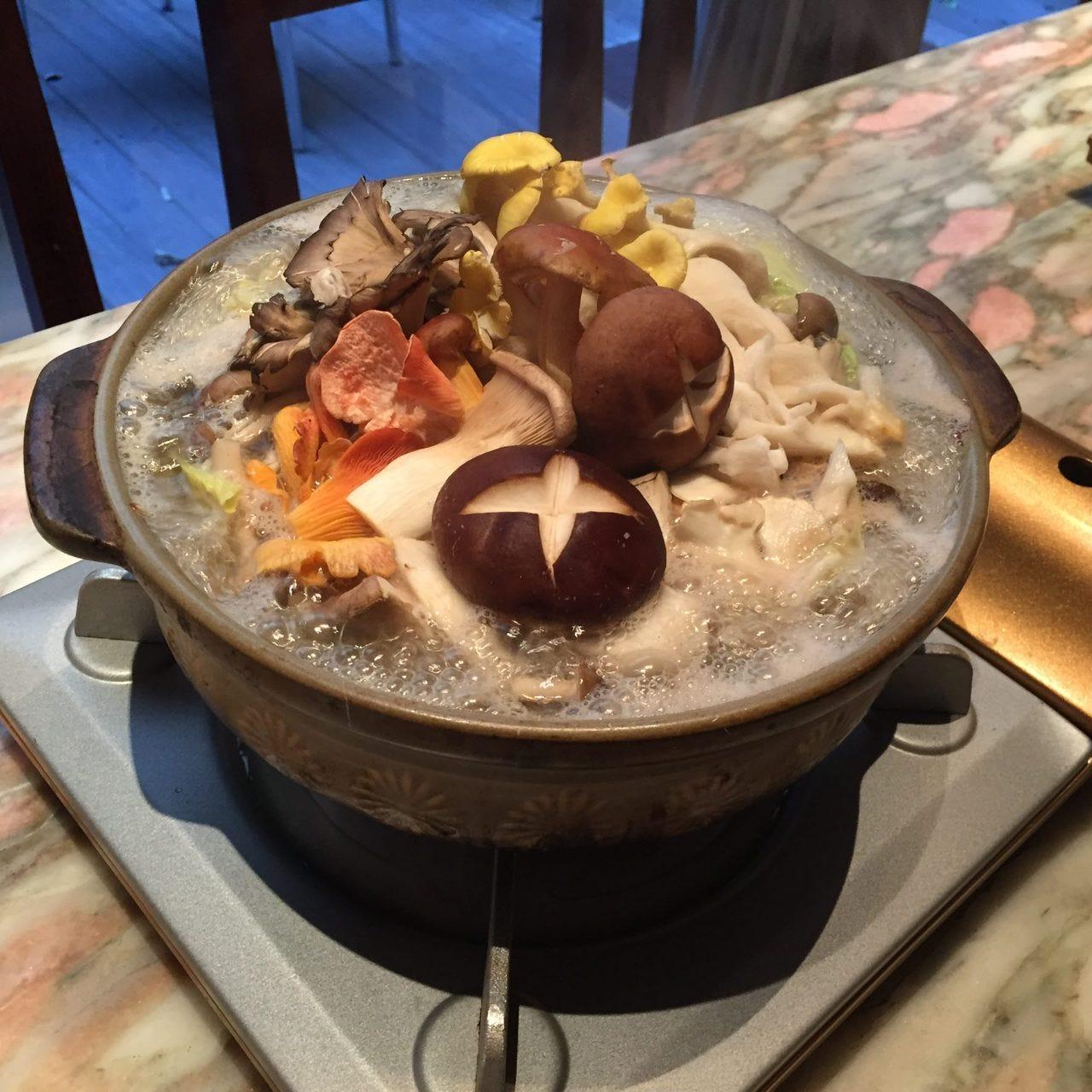 飲み放題付宴会コース5,000円 色々な木の子と白菜の生姜鍋