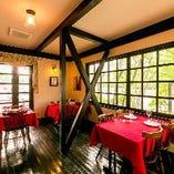 アンティークな雰囲気が落ち着く、光と緑あふれる1階席。