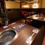 やわらかな照明のテーブル席半個室で楽しむ焼肉宴会