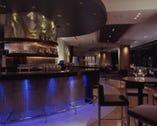 テラス バーは大人の空間を演出します。