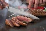 目の前でカットされる肉料理