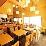 天井が高く開放感あり!お席の組み合わせも簡単にできるテーブル席。