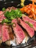 レアステーキ丼(写真はテイクアウト用) 1000円