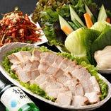 柔らかくゆでた豚肉や牛肉をキムチやサンチュなどの野菜で 包んで食べる料理[ポッサム]