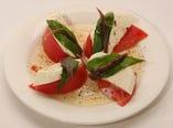 トマトとモッツァレラに、風味のいいアンチョビをトッピング!