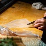 透き通るような鐘崎漁港のイカを匠の技で捌きます