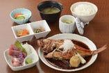 甘辛く煮付けた金目鯛は絶品「金目鯛姿煮定食」2,300円(税抜)