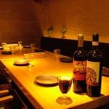 最大10名様のテーブル席。飲み放題付きコースは4500円~