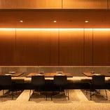 【中央テーブル/12席】片側ソファでゆったり。人数に合わせてご案内できます