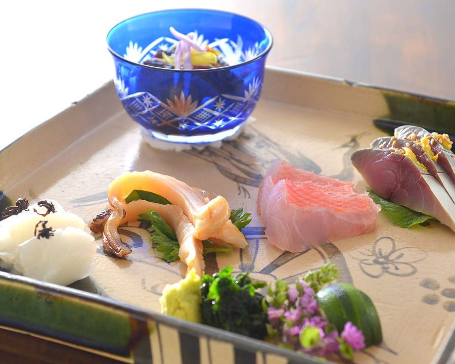 旬の魚介を贅沢に盛り込んだお造り
