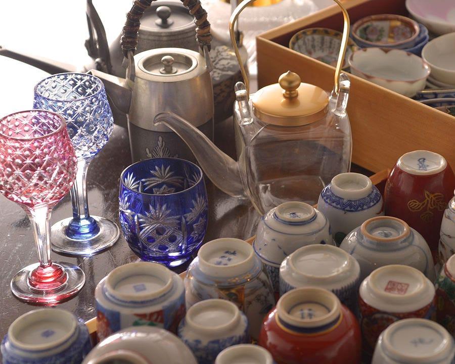 骨董の品が料理と酒を彩る