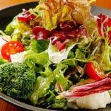 自社農園から届く瑞々しい野菜を使った、彩り豊かな逸品も勢揃い