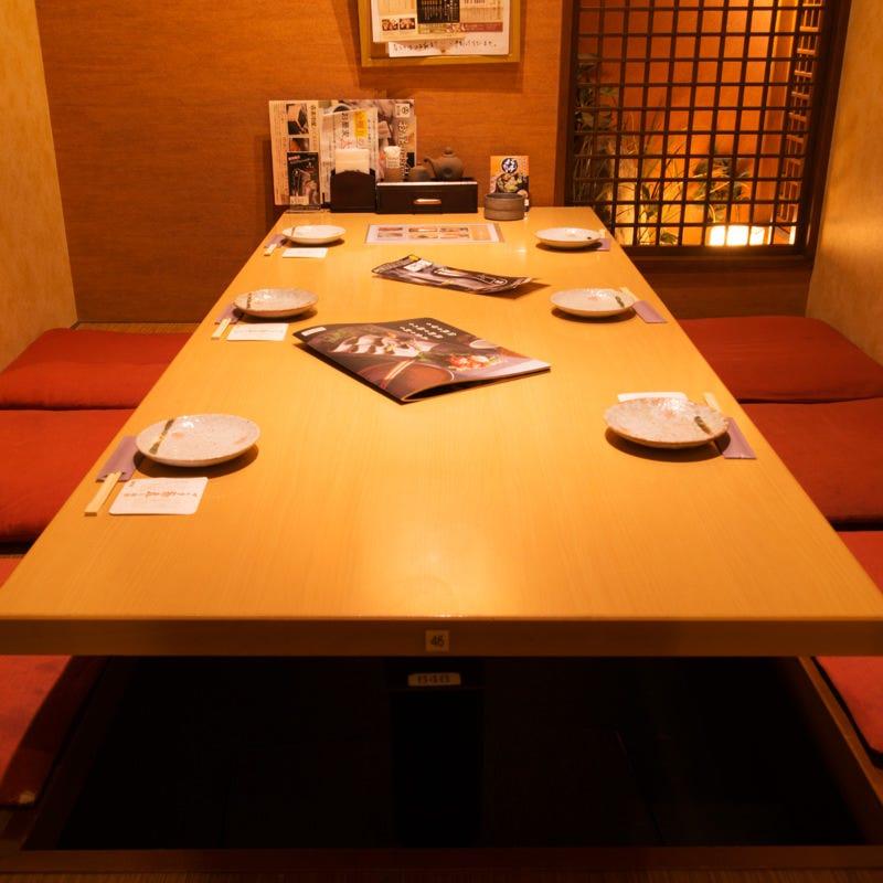 6名様から利用できる個室完備 人気の掘りごたつ席です