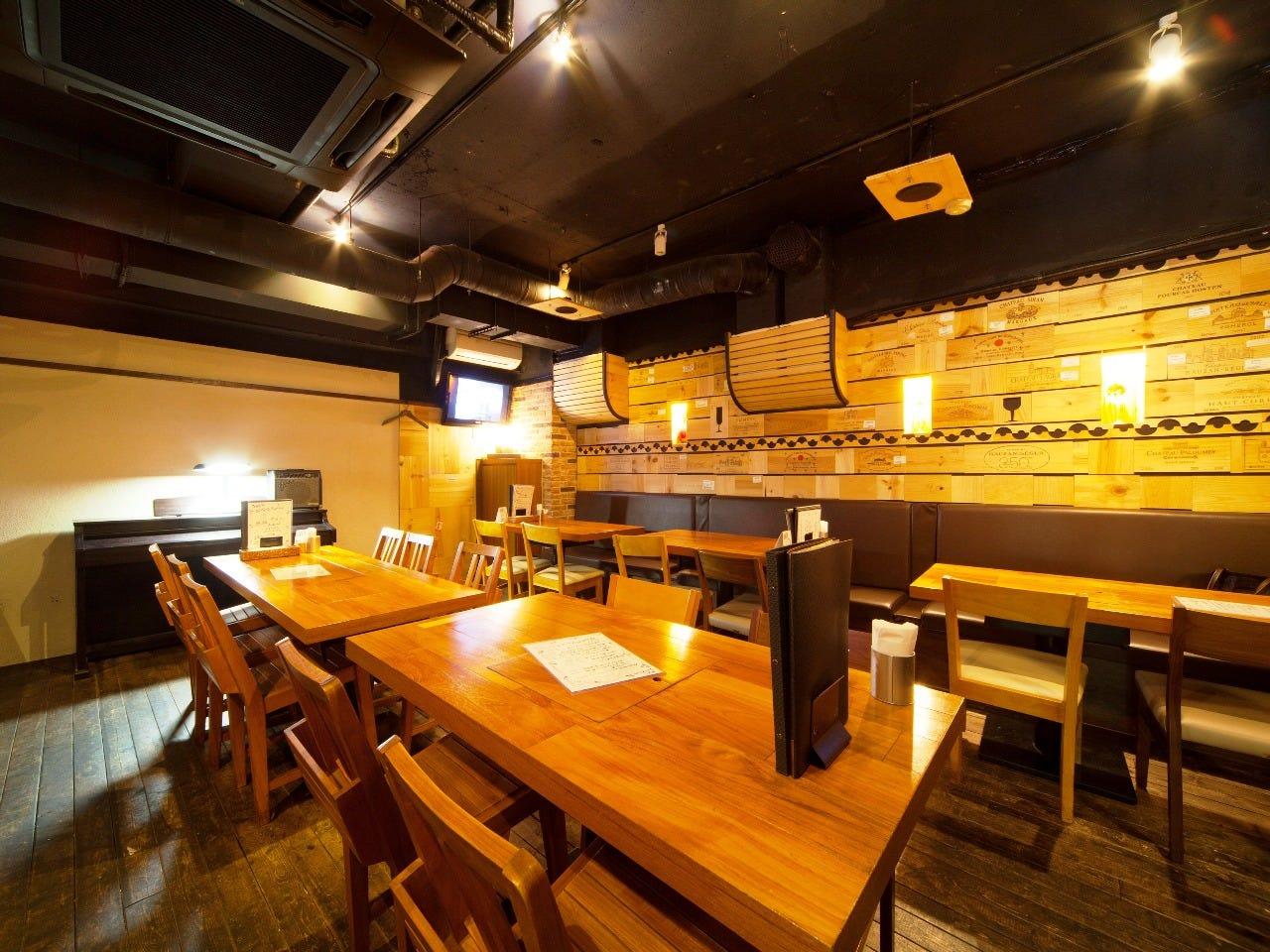 静かで落ち着いたテーブル席は32席 貸切も承っております。