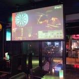 100インチ大型スクリーンと65インチTVでスポーツ観戦できます