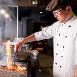 焼き立てだから味わえる美味しさが自慢 目の前で出来たてのお料理を提供するLIVE KITCHEN