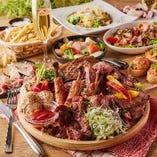 贅沢に盛り付けられてお料理がテーブルを華やかに引き立てます。
