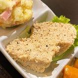 鶏肉の旨味と塩っ気があとひく美味しさの「鶏のテリーヌ」