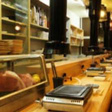 1階カウンター‥黒毛和牛の味と肉ソムリエとの会話を楽しむ特等席。