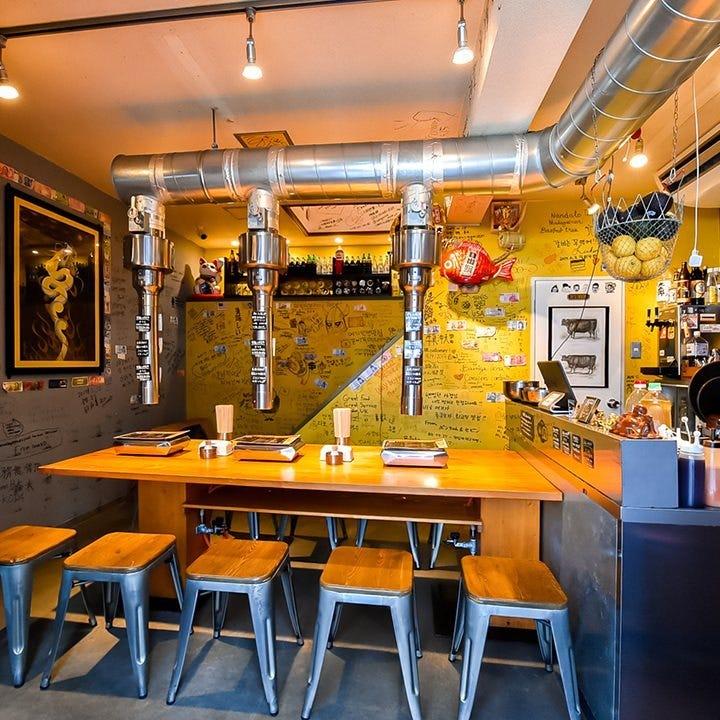 ユニークな内装の空間で焼肉と美酒を存分にお楽しみください