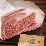 """やわらかくキメ細やかな牝の神戸牛を""""一頭買い""""。安定した価格、また希少性部位の充実を実現しています"""